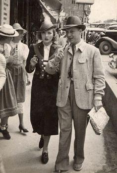 """Marlene Dietrich i Franz Krieger (Salzburg, 1030). Imatge de l'article """"Els misteris d'un àlbum de fotos nazi"""" (Mysteries of a Nazi Photo Album)."""