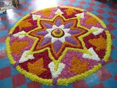 Athapookalam or pookalam, these designs are drawn using flowers during the festival of Onam in Southern India. Indian Rangoli, Diwali Rangoli, Diwali Decorations, Flower Decorations, Art Floral, Pookalam Design, Rangoli Designs For Competition, Festivals, Indian Room
