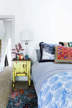 ideen schlafzimmer eklektisch farbige textilien alter nachttisch