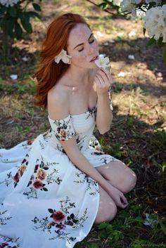 Tumblr est un lieu où vous pouvez vous exprimer, apprendre à vous connaître, et créer des liens autour de vos centres d'intérêts. C'est l'endroit où vos passions vous connectent avec les autres. Lemon Flowers, Beautiful Redhead, My Favorite Color, Elegant Dresses, Redheads, Red Hair, Pin Up, Curvy, Tumblr