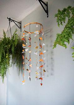 DIY: Como fazer um pendente boho decorativo - Blog de decoração faça você mesmo - Casa de Firulas Boho, Mobiles, Wind Chimes, Diy, Outdoor Decor, Ideas, Home Decor, Grandchildren, The Beach