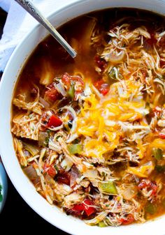 This Slow Cooker Chicken Fajita Soup is easy because everything goes right in th. - This Slow Cooker Chicken Fajita Soup is easy because everything goes right in the slow cooker! Slow Cooker Huhn, Slow Cooker Soup, Slow Cooker Chicken, Slow Cooker Recipes, Crockpot Recipes, Soup Recipes, Cooking Recipes, Healthy Recipes, Detox Recipes