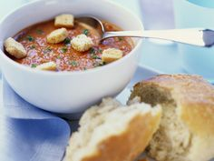 Kalte Tomatensuppe mit Croutons - smarter - Zeit: 25 Min. | eatsmarter.de