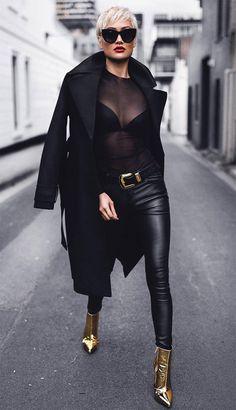 Street style look da Mica com calça de couro + body com transparência + overcoat