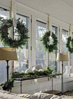 30-Insanely-Beautiful-Last-Minute-Christmas-Windows-Decorating-Ideas-homesthetics-decor-22