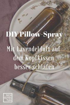 DIY-Kissen-Spray mit Lavendel für besseren Schlaf ist einfach und schnell selbst hergestellt. Auch als Last-Minute-Weihnachtsgeschenk perfekt geeignet. #pillowspray#kissenspray#lavendel#besserschlafen#diy