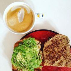 Sexta-feira  pequeno-almoço mais simples da semana mas quem não adora torradas?  e manteiga de amendoim com canela é a combinação suprema  manteiga à venda em @mws.pt  #bomdia #breakfast #pequenoalmoço #cafedamanha #vegan #goodfats #healthy #plantbased #mywheystore ( # @qualquer_dia_viro_vegan)