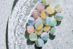 今回は、お砂糖でコーティングされたような質感とパステルカラーが本物のグミみたい!と思わず食べたくなっちゃう、グミモチーフのピアスをご紹介します。プラバン×色鉛筆×ガラスビーズでかんたんにできる作りかたを、munimuniさんが教えてくれました。(「min...