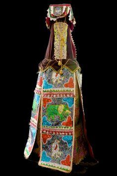 Les masques Egungun constituent un culte célébré pour rendre hommage aux morts. Par ce culte des Egungun, on va demander aux morts la paix et le bien-être. Les masques Egungun vont donc sortir à des occasions précises, lors des mariages, des naissances, des baptêmes, des décès d'un des leurs ou même lors de l'inauguration d'une maison, ou lors des grandes sorties saisonnières. Ces masques sont très longs et très coûteux à réaliser. Tissus précieux, velours, ornés de perles…