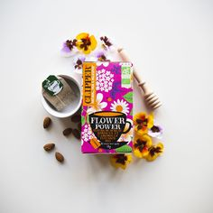 Infusion bio Flower Power ! 🏵🌸🌼🌿 Parce qu'on aime tous se rappeler les 60's 😉 Quelle chanson de l'époque pourrait accompagner votre teatime ? Clipper Tea, Infusion Bio, Flower Power, Tea Time, Ads, School, Design, High Tea, Schools