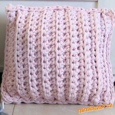 Materiál:<br>2 klubka příze Zpagetti (na polštář 40x40 cm)<br>háček č. 12mm<br>jehla na zapošívání e... Crochet Pillow, Knit Crochet, Crochet Bags, Handicraft, Quilling, Knitted Hats, Diy And Crafts, Alphabet, Blanket