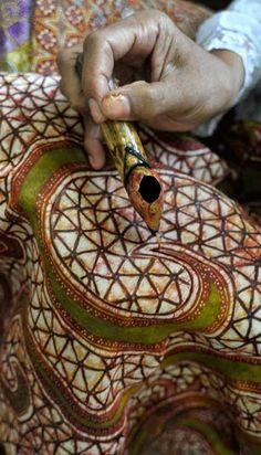 "Traditional Batik Process' ""Membatik"" #WonderfullIndonesia #BatikIndonesia Textile Design, Textile Art, Shibori, Indonesian Art, Batik Art, Batik Pattern, Textiles, Tie Dye Patterns, Silk Painting"