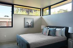 Glass wall house modern bedroom by klopf architecture modern Casas California, California Homes, Home Design, Interior Design, Eichler Haus, Modern Bedroom, Bedroom Decor, White Bedroom, Arquitetura