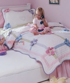 Learn how to make cute blankets with the patchwork technique ~ lodijoellaThis post was discovered by Vi Quilt Baby, Baby Girl Quilts, Girls Quilts, Cute Quilts, Easy Quilts, Quilting Projects, Quilting Designs, Puff Quilt, Baby Applique