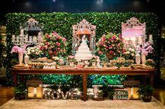 Mesa de doces romântica, com flores em tons de rosa, espelhos e candelabros. Foto: Tahis Carvalho