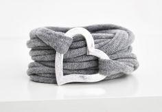 Sehr sch�nes gewickeltes Stoffarmband in grau mit 2 einzelnen Herzen aus Metall. Eine sch�ne Geschenkidee!!!