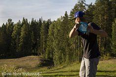 Koko perheen frisbeegolfrata Riutassa. Lue artikkeli Koti & Kaupunki -lehdestä klikkaamalla kuvaa. Kuva: Nora Myllymäki