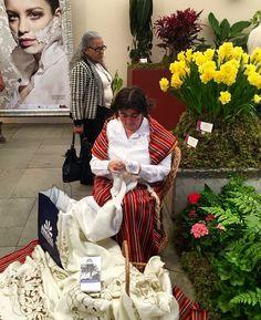 A nossa Bordadeira Salete a bordar na exposição de flores na Praça do Povo  #bordal #flowerfestival #bordadomadeira #madeiraembroidery