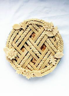 Decorative Pie Crust Tips - Flourish - King Arthur Flour: Learn techniques for gorgeous decorative pie crust for your holiday pies, from lattice to braids to leaves and how to put them all together. No Bake Desserts, Just Desserts, Delicious Desserts, Italian Desserts, Baking Desserts, Yummy Food, Pastel Art, Beautiful Pie Crusts, Pie Recipes