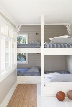 love this for bed idea.Sydney-based designer Justine Hugh-Jones bunk room for a beach house.just minus the gingerbread detailing. Bunk Beds Built In, Kids Bunk Beds, Corner Bunk Beds, Loft Beds, Ideas Terraza, Bunk Rooms, Home Bedroom, Bedroom Decor, Bedroom Kids