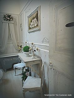love the gray tub and molding.