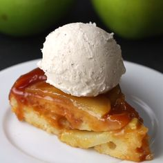 Upside-Down Apple Cake - Cake aux pommes, caramel et servi avec de la glace à la vanille. (Caramel Apple Upside-Down Cake) - Apple Cake Recipes, Baking Recipes, Dessert Recipes, Apple Cakes, Upside Down Apple Cake, Delicious Desserts, Yummy Food, Yummy Snacks, Tasty Videos