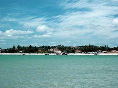 Maceió: as principais praias da capital do Alagoas PARIPUEIRA A praia de Paripueira é uma das mais preservadas da Costa dos Corais. O mar é cristalino e, na maré baixa, é possível andar por um grande trecho com a água nos joelhos. A cerca de 2 quilômetros da costa, há 20 piscinas naturais com uma grande diversidade de vida marinha. Além disso, a praia possui diversos restaurantes de frutos do mar. Fica a 33 quilômetros do centro de Maceió, no município de mesmo nome.