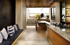 Apartamento em Brasília (Foto: Edgar César/Divulgação) Os LEDs foram espalhados pelo apartamento, sempre banhando as paredes ou focados sobre móveis e objetos decorativos. O resultado é uma iluminação predominantemente indireta. No andar superior, os arquitetos mantiveram as bancadas de granito da churrasqueira. A placa cerâmica com base oca também permaneceu no piso, já que o revestimento resiste à água e pode ser retirado para manutenção.