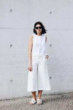Elisa from the Fashion- and Lifestyleblog www.schwarzersamt.com/all-white is wearing an allwhite look with a & Other Stories Culotte, a H&M Trend top, Birkenstock Arizona and black sunglasses from sunbuddies. It's an minimal, clean and monochrome blogger look, minimal blogger, minimal fashion, allwhite, white summer looks