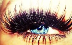 Look at them lashes.