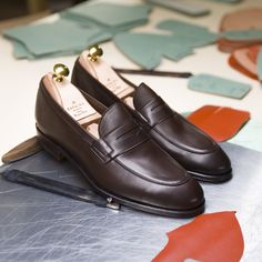 Discover our New unlined penny loafers in brown funchal. Learn more at Carmina website & Carmina stores. Cordovan Shoes, Loafer Shoes, Loafers Men, Brogues, Burberry Men, Gucci Men, Shoe Storage Containers, Derby, Gentleman Shoes