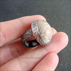 Перстень с окаменелым деревом.