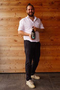 David wurde 1988 geboren, während er in Riegersburg heranwuchs, erlebte er das Qualitätsstreben seiner Eltern hautnah. Er war schon als Kind und Jugendlicher mit großer Begeisterung bei der Obsternte, bei der Essigproduktion, beim Destillieren von Edelbränden und bei Veranstaltungen und Präsentationen dabei. Gin, Whiskey, Normcore, David, House, Style, Parents, Kids, Whisky
