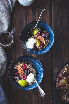 Petit déjeuner de flocons cuits avec des figues, baies rouges & cardamome / The Bojon Gourmet (en anglais)