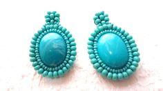 Maxi Brinco Bordado Oval *Turquesa*   Bordado com miçangas azul turquesa.   Peça ovais em resina   Pinos para ORELHAS FURADAS. Acabamentos em Suede.   Altura da peça: 5,0 cm.  Peso: 11 gramas.