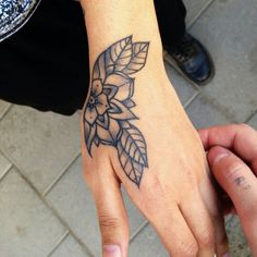 pinterest: marijnfledderus☽ I really like the simplistic and traditional approach of this hand tattoo.