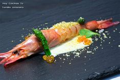 Hoy Cocinas Tú: Gamba Roja Con Crema De Ajo Y Pistacho | Gastronomía Fish And Meat, How To Cook Fish, Ceviche, Food Humor, Falafel, Canapes, Asparagus, Catering, Sushi