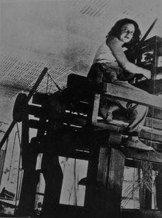 Otti Berger subida a un telar en el taller de Dessau.