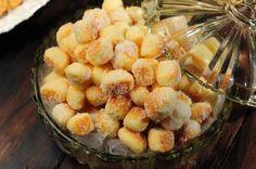 Os Biscoitinhos Mineiros são fáceis de fazer, deliciosos e perfeitos com o cafezinho. Faça hoje mesmo! Veja Também: Biscoito Amanteigado Fácil Veja Também: