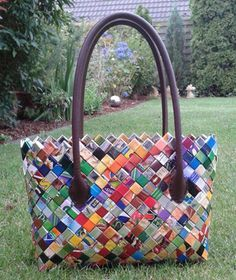 DIY: making bags yourself from magazines - Kreativbühne - Break Conventions . - DIY: Making bags yourself from magazines – Creative Stage – Break Conventions In DIY - Recycled Magazines, Old Magazines, Fun Crafts, Diy And Crafts, Diy Bags Purses, Newspaper Crafts, Chip Bags, Candy Wrappers, Diy Paper