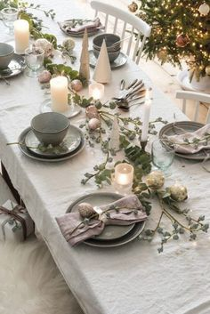 Best Christmas Decoration Ideas for Table Setting and Centerpieces in 2019 Christmas Dining Table, Christmas Table Settings, Simple Christmas, Christmas Diy, Xmas, Easy Christmas Decorations, Table Decorations, Centerpieces, Vase Haut