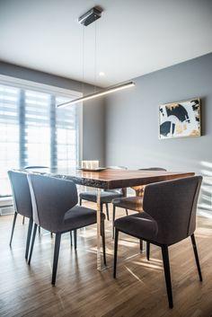 Salle à manger design contemporaine, gris blanc, bois. Table avec piètement en acrylique. Luminaire moderne.