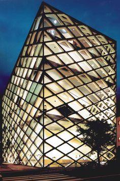 Facade of glass, Prada Japan: architect Herzog & De Meuron, Basel
