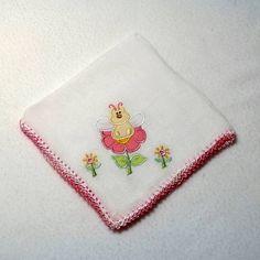 Babita (fralda de boca) bordada e acabamento em crochê. <br> <br>Prática e super charmosa. <br> <br>Tamanho: 32 x 32 cm <br> <br>Tecido: Fralda Cremer Luxo - 100% algodão