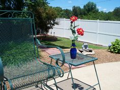 To add color to all sides of the pool patio, small flower accents in blue bottles.