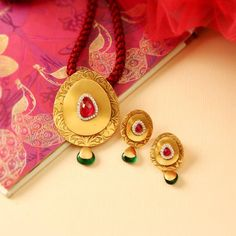 Indian Gold Jewelry Near Me Refferal: 2787930404 Gold Jewelry Simple, Rose Gold Jewelry, Bridal Jewelry, Gold Ring Designs, Gold Jewellery Design, Gold Pendent, Jewelry Patterns, Necklace Designs, Fashion Jewelry