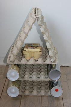 Bouwen met eierdozen en kokers. Kan ook keukenrollen over de lengte doorknippen en op elkaar stapelen (muur) ipv kokers
