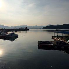 경남 고성군 두포리의 아름다운 바다 노을. 가운데 등대의 빨간 불빛이 매력만점. 경남사회적경제활성화네트워크 모임이 있었어요.