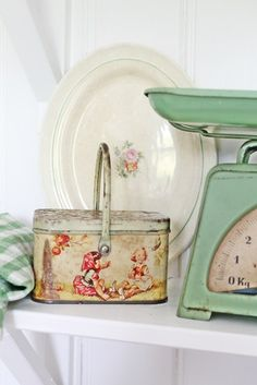 vintage cute, I would buy this tin in a heartbeat! Vintage Dishes, Vintage House, Shabby, Vintage Scale, Vintage Kitchen, Vintage Tins, Vintage Tin, Vintage Decor, Vintage Cottage