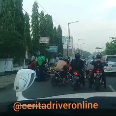 Hati2 di jalan ingat keluarga menunggu di rumah.. . . @Regranned from @ceritadriveronline -  Kecelakaan baru saja terjadi pukul 06.00 sebelum underpas jalan baru bekasi arah pasar baru . Tidak ada korban jiwa . Selalu ada jaket ijo yang setia menolong dan juga para penontonya  .  @gojek24jam @infoanda @kamuharustau  @dagelan.ojol  #kamuharustau #driveronline  #uber  #gojek  #grab  #indonesia  #gocarindonesia #ojol  #dramaojol #jakarta  #bekasi  #jabodetabek  #viral  #taksi  #taxi…